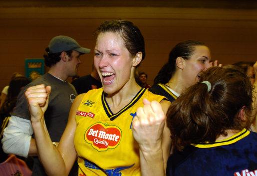 STOCKHOLM 20040421 Basketligan, damer. Solnas basketdamer tog SM-guld efter att besegrat Brahe med 66-64, vilket betydde 3-0 i matcher. Bilden: Cecilia Ferm jublar efter SM-guldet. Foto Stefan Jerrevång / SCANPIX Code 60160