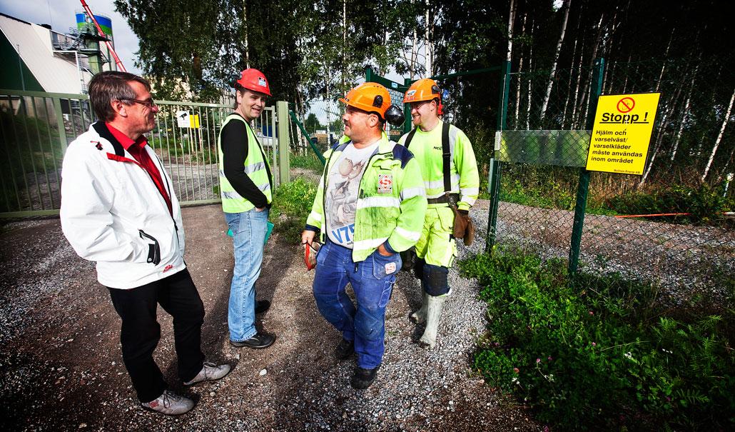 Ingen valinformation på NCC. Byggnads ombudsman Arne Nilsson och socialdemokratiske riksdagsmannen Raimo Pärssinen möter arbetarna utanför.