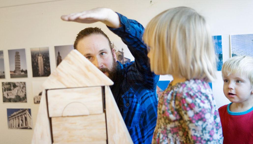 Nicklas Bäckström tycker att förskolans personal blivit mer medveten om hur man kan minska ljuden. Ljuddämpade klossar är bra till exempel – då gör det inte ont i öronen när tornet rasar.
