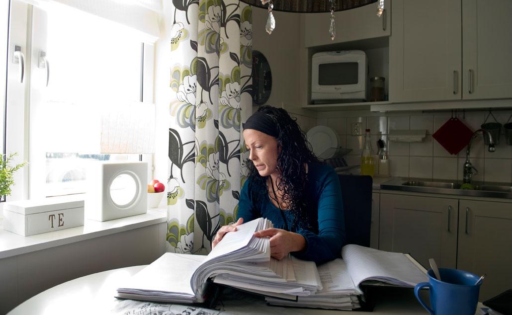 Pernilla Karlsson har flera pärmar med sjukjournaler och korrepondens med Försäkringskassan.