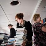 Att vara bibliotekarie är ett fysiskt jobb. Det är inte många som tänker på, tror bibliotekarien Rebecca Bachmann. Bakom henne letar Carina Johansson efter nya böcker.