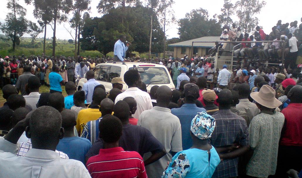 Oppositionsledaren Kizza Besigye, eller dr Kizza som de flesta kallar honom, samlar åhörare på ett fält i norra Uganda, mitt i ett område där det tills nyligen pågick strider.
