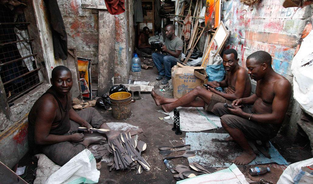 Träsnidarna säljer sina verk till bodarna runt omkring. Men krisen påverkar även deras försäljning. Från vänster Kipimo Kilimila, Mudy Raisi, Hamidu Kirumbi och Salum Mgeni. Längst in i mörkret jobbar Doglas Muhunzi.