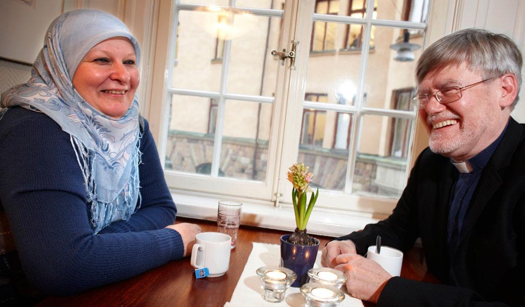 Helena Benaouda och Stanley Rydell är överens om att troende ofta ses som lite konstiga i Sverige.