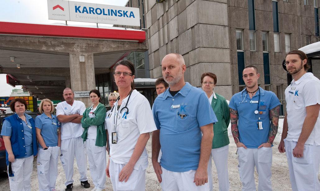 Sjuksköterskor och undersköterskor på akuten i Huddinge är lika upprörda. I förgrunden Kia Andersson och Kenneth Lindberg.