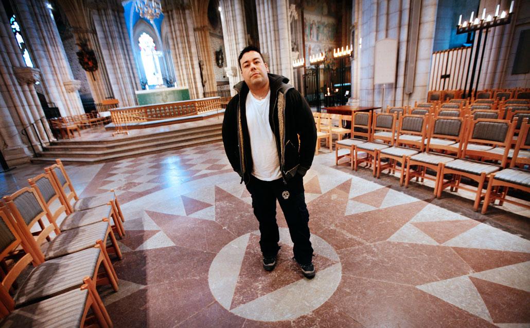 I nio år jobbade han på porslinsfabrik. Nu hoppas Andrès Zunigas på att kunna jobba i kyrkor och på kontor efter att utbildningen är färdig.