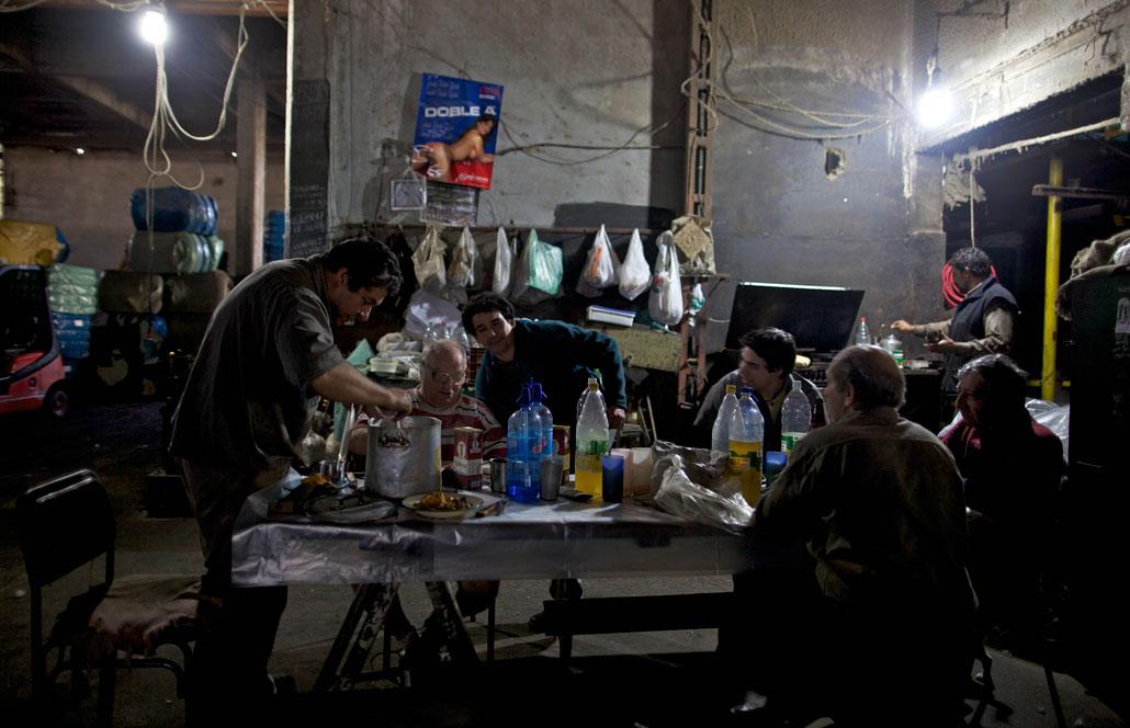 Arbetare på Lavalan-fabriken äter lunch.