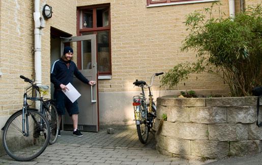 Det är Postens omorganisation som har gjort att övertidsuttaget rusar i höjden, anser Sam Rönnberg, brevbärare i Göteborg.