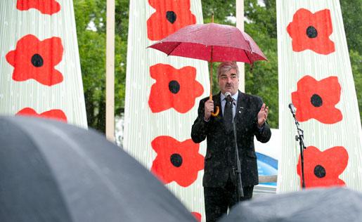 Socialdemokraterna i Nacka ordnar familjedag och regnet strilar. Paraplyet återkommer i Håkan Juholts tal: I Socialdemokraternas Sverige håller den som står i solsken upp ett paraply över den som råkar stå i ösregn.