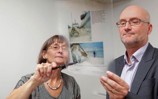 Lotten Loberg visar Mats Palm detaljer från dödsolyckan i Åhus hamn, som prövades av Högsta domstolen 2007 och kom att bli vägledande för bedömningen av allvarliga arbetsmiljöbrott.
