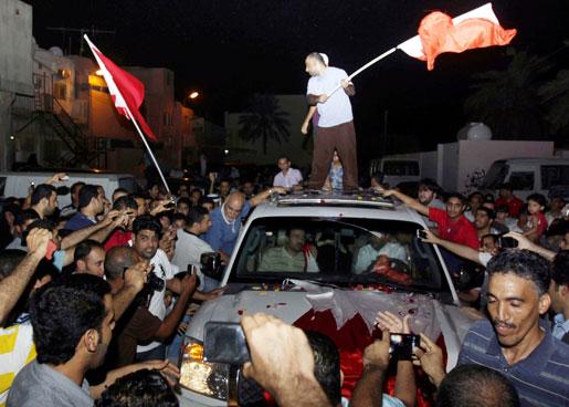 Bahrains folkliga protester har slagits ned med våld, men framtiden är ändå hoppfull. På bilden visar människor sitt stöd för en av de läkare som åtalats för att ha vårdat skadade demonstranter efter tidigare protester.