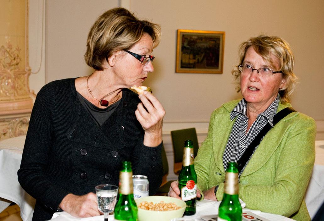 Gudrun Schyman i samspråk med Hotellrevyns f d chefredaktör Kerstin Ekberg.
