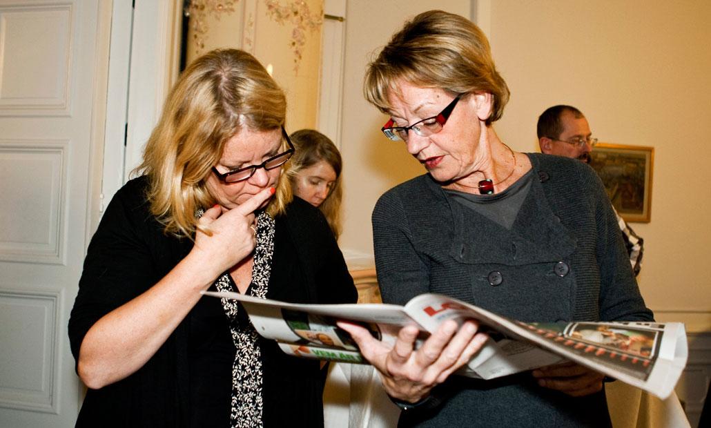 LO-Tidningens chefredaktör Johanna Kronlid och Gudrun Schyman studerar tidningens artikel om lönegapet.