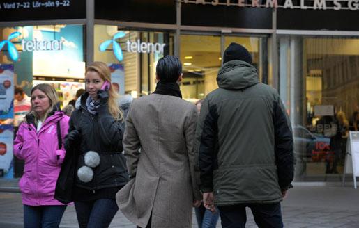 Martin och Johan slog larm om rånförsöken och hoten de utsattes för i Telenors butik. Nu är de avskedade och anklagade för stöld respektive hot mot kolleger.