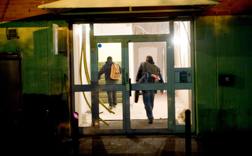 """Kontorshusen i kvarteret är mörka och övergivna när de bulgariska chaufförerna går """"hem"""" till kontoret. Nu ska de äta, förbereda morgondagens lunch och umgås med sina familjer via datorn."""
