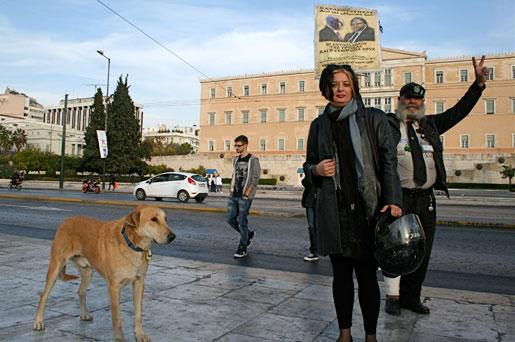 """""""Det finns pengar"""" står det på en lapp som Lefteris Koudylis satt upp utanför det grekiska parlamentet. Han syftar på vad Giorgos Papandreou sa i en valdebatt 2009 då han förklarade att det var möjligt att satsa mer på den offentliga sektorn. – Vi ska betala, men vi måste ges en chans, säger Marina Apostolidou."""