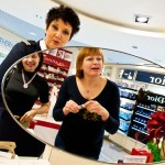Larisa Potashnikova från Vladivostock får hjälp med shoppingen av den ryska tolken ombord Marina Chemaleva.