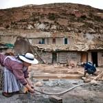Yenera Rojas tvättar ren sin pannlampa. Tack vare att gruvarbetet ger goda inkomster har hon och hennes make kunnat ge alla sina fyra barn utbildning.