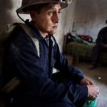 Edwin Zena är på väg in i gruvan för att hjälpa sin bror. Påsen i handen är full med kokablad, gruvarbetarnas medel för att dämpa hungern och orka mer.