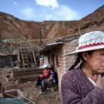 I åtta år har Marcelena Quispi Flores brutit silver och järn i gruvan i Oruro, Bolivia. Ryggen och axlarna värker ständigt.