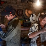 När Yenera Rojas arbetat i gruvan i ett år kom hennes make Casto Chaque Flores efter. Nu jobbar de tillsammans varje dag. I kooperativets ombytesbodar utanför gruvan gör de sig i ordning efter arbetsdagen.
