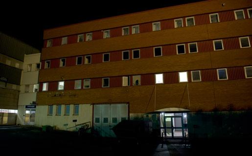 Det lyser i några fönster på första våningen i kontorshuset på Ruskvädersgatan 8 på Hisingen. Där sover de bulgariska chaufförerna. Kontoret har använts i något år, men ska chaufförerna flytta.