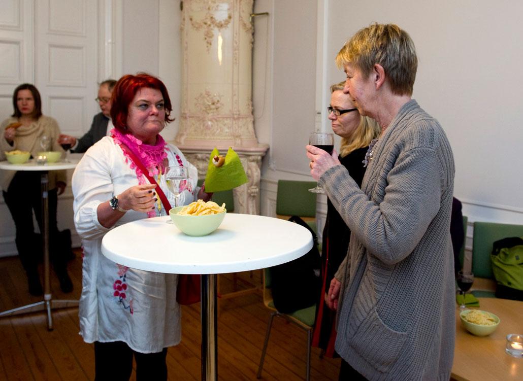 Ulla Lindqvist, LO, försnackar med ST:s Britta Lejon och Annette Carnhede.