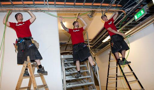 Mycket stegjobb blir det för en elektriker, men det hindrar inte Magnus Holm, Simon Adolfsson och Niklas Johansson från att jobba i hantverkskilt.