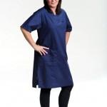 Lenita Granlunds outfit är tänkt för en undersköterska i äldreomsorgen. Hennes marinblå klänning kommer från Segers, och är tillverkad i bomullssatin med tvättemperatur på 85 grader. Tofflor och tajts är privata.