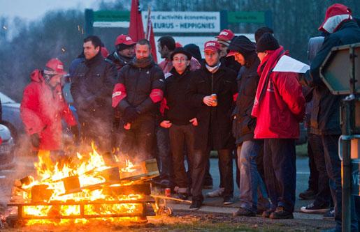 EU-ledarna möttes av ett Bryssel i strejk när de kom för att besluta om europakten. Generalstrejken var en protest mot de nedskärningar Belgien, liksom många andra skuldtyngda euroländer, tvingas genomföra.