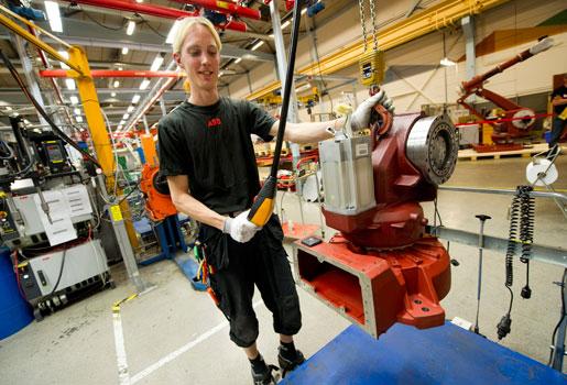 Industrin – här ABB Robotics – och arbetsgivarna i stort borde måna om de bemanningsanställdas villkor.