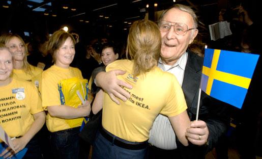 Ingvar Kamprad får och ger en kram vid öppningen av Ikeavaruhuset i Haparanda 2006.
