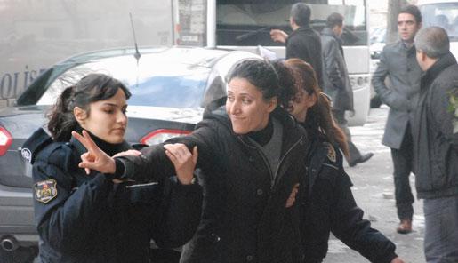 Guler Elveren, ansvarig för kvinnoavdelningen på Kommunalarbetarnas förbund (Belsen) arresteras sedan hennes telefon blivit avlyssnad.