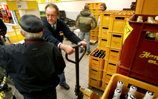 Hur länge orkar man fortsätta jobba? Bilden är från en dansk butik som satsat på att anställa äldre för att få en mer blandad personalstyrka.