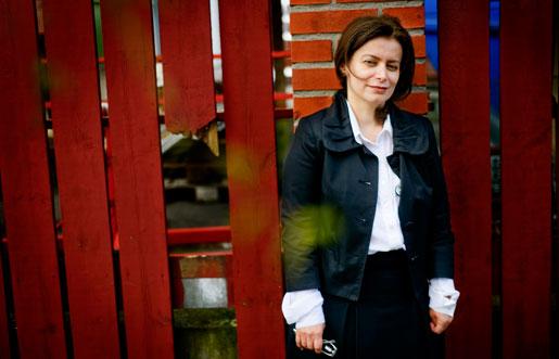 Parisa Mir trodde att det skulle gå lätt att hitta jobb i Sverige efter fyra år på Ericsson i Iran, men hon har gått arbetslös sedan hon flyttade hit för två år sedan. – Ändå har jag erbjudit mig att jobba gratis i ett halvår, säger hon.