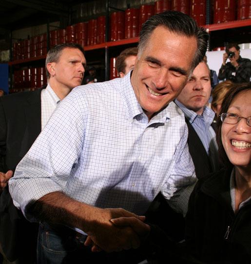 Han ligger kraftigt under i opinionsundersökningarna. Men Mitt Romney skrämmer ändå USA:s fack som långt ifrån är säkra på att Demokraterna vinner presidentvalet. Mitt Romney höll valmöte bland vänner i en stillsam förort i Milwaukee.