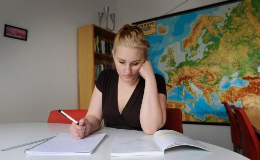 Hanna Ekström jobbar med matten. När den schemalagda undervisningen är slut sitter hon kvar och pluggar på egen hand tills det är dags att hämta på dagis.