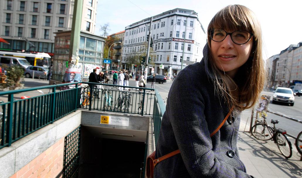 """Maria Mogren har följt utvecklingen i Berlin i 16 år. Här på Rosenthaler platz byggs det nytt och dyrt. """"Det är nästan så att man vill flytta någon annanstans"""", säger hon."""