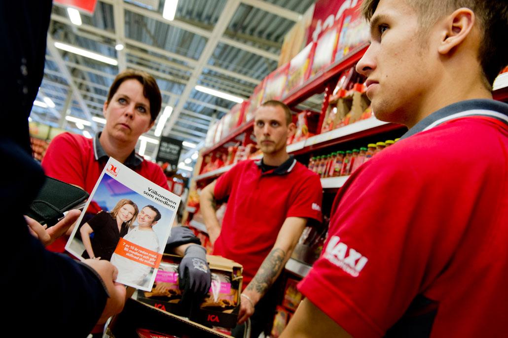 Elisabeth Johansson och Johan Göransson i klubbstyrelsen på Ica Maxi i Torslanda gillar att Handels avdelning värvar medlemmar. Simon Ferreira tar emot broschyren. Kanske blir han medlem också.
