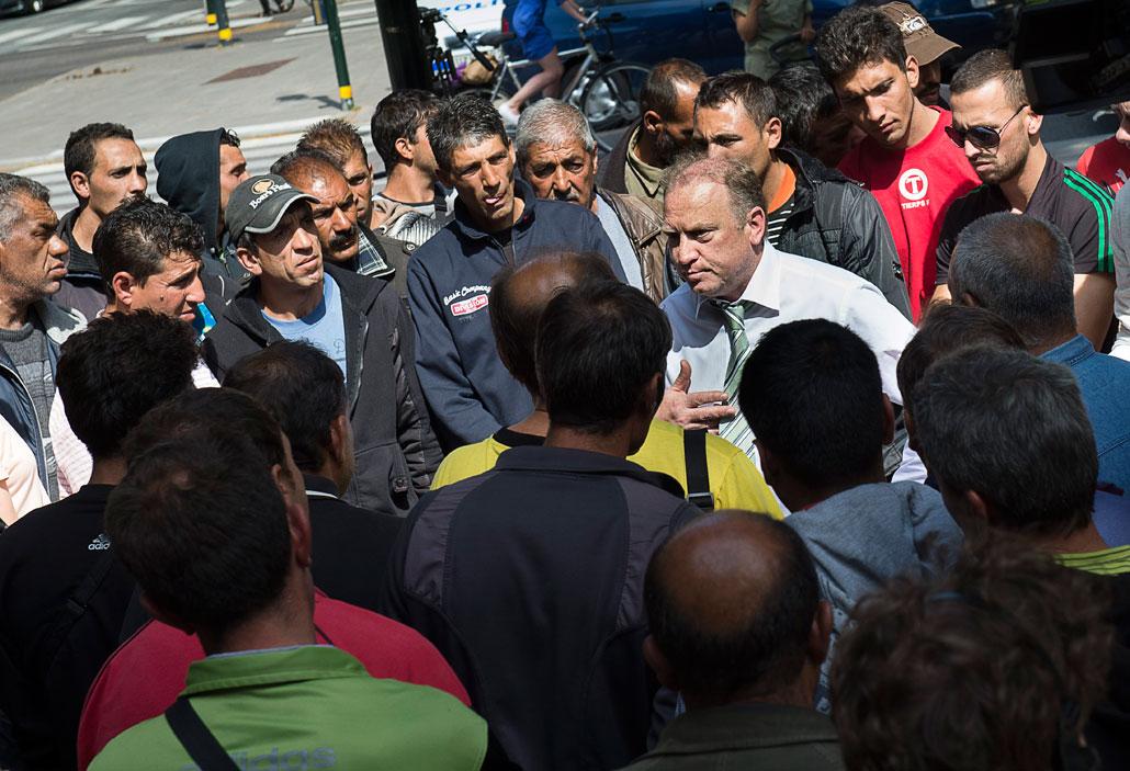 Den bulgariske ambassadören Svetlan Stoev förklarade att bulgariska regeringen kommer att bekosta hemtransporten med buss för sina medborgare.