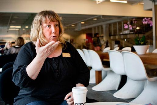 –Grammatiken sitter i ansiktet, säger Lena Ekevid och förklarar att miner och ansiktsuttryck är en viktig del av teckenspråket. En blinkning betyder till exempel punkt.