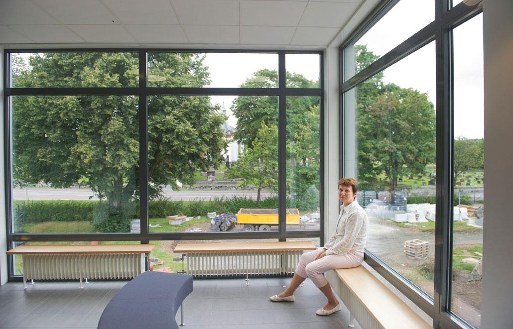 Nya rektorn Annemi Lindoffer i den sprillans nya skolbyggnaden. Hon har många problem att ta tag i för att vårens kaos inte ska upprepas.