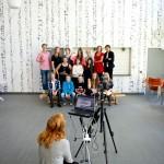 Skolfotografering pågår när Arbetet besöker Rävlandaskolan i Härryda. Här är det elevrådet som försöker bestämma sig för om de ska se glada eller tuffa ut.