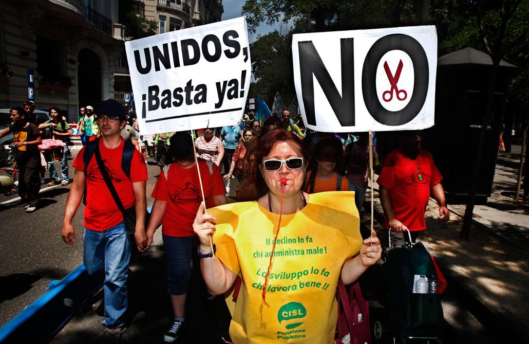 Demonstranter protesterar mot arbetslöshet och nedskärningar i Madrid i juli.