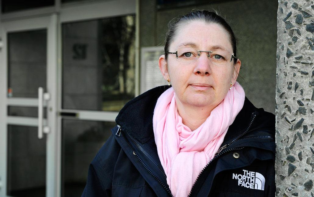 Stannar någon hemma blir det kaos för kollegerna. Det vill man inte orsaka, förklarar undersköterskan Åsa Sandström, Stockholm.