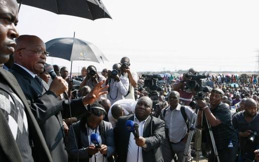 Sydafrikas president Jacob Zuma talar till strejkande gruvarbetare vid Lonmingruvan.