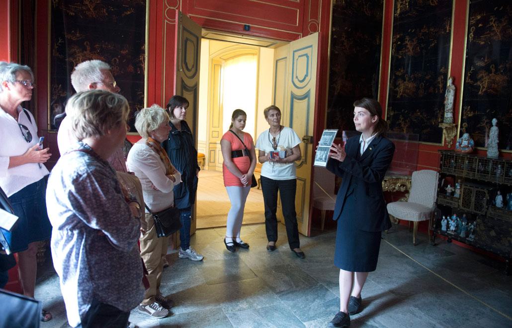 """1753 överraskade kung Adolf Fredrik sin drottning Lovisa Ulrika med ett """"kinesiskt"""" slott i Drottningholms park. En fin födelsedagspresent."""