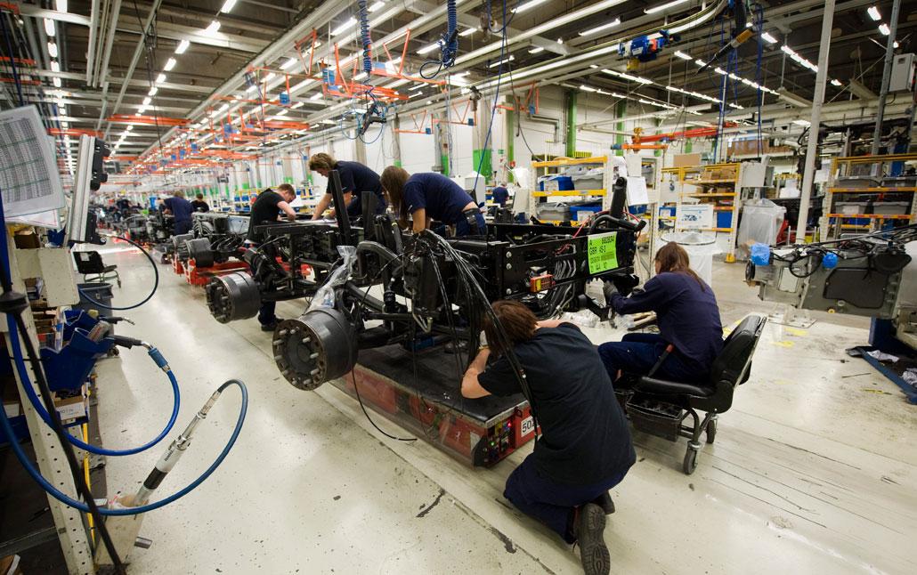 När Volvo Lastvagnar i Göteborg och Umeå behöver öka personalstyrkan sker det inte genom nyanställningar utan genom att bemanningsföretag anlitas.