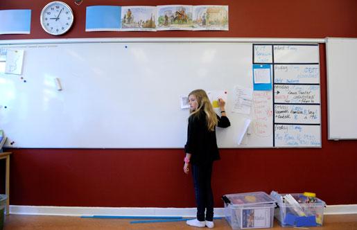 Skolan hör till de verksamheter som människorna i samhället ska forma tillsammans. De ska inte organiseras med privata företag som ideal, argumenterar debattören.