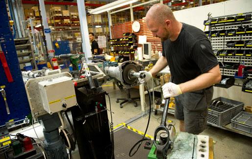 Att låta industrin diktera löneläget för hela arbetsmarknaden är en farlig väg i längden, anser debattören. Bilden är från ABB Robotics i Västerås.